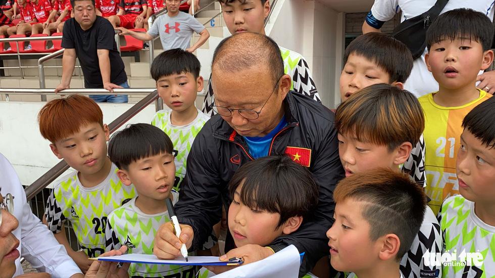 100 cầu thủ nhí Hàn Quốc vây HLV Park Hang Seo trên sân Thống Nhất - Ảnh 5.