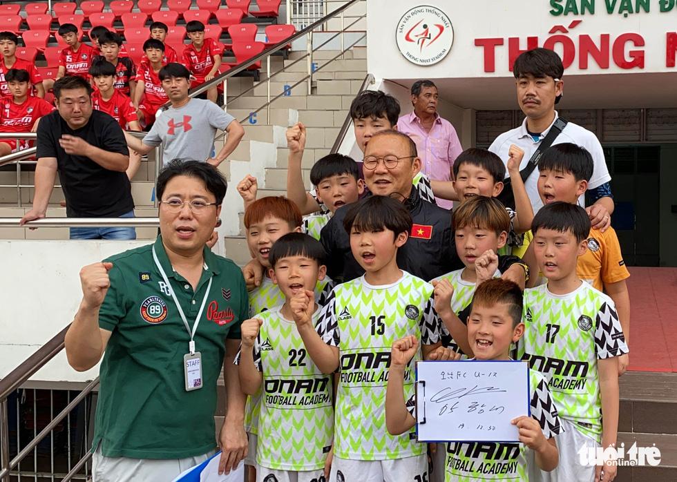 100 cầu thủ nhí Hàn Quốc vây HLV Park Hang Seo trên sân Thống Nhất - Ảnh 6.