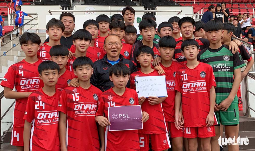 100 cầu thủ nhí Hàn Quốc vây HLV Park Hang Seo trên sân Thống Nhất - Ảnh 8.
