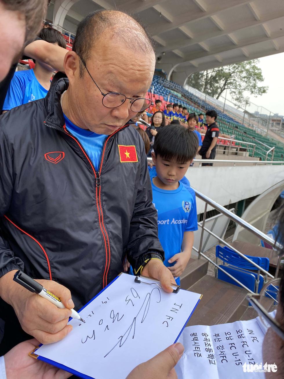 100 cầu thủ nhí Hàn Quốc vây HLV Park Hang Seo trên sân Thống Nhất - Ảnh 9.