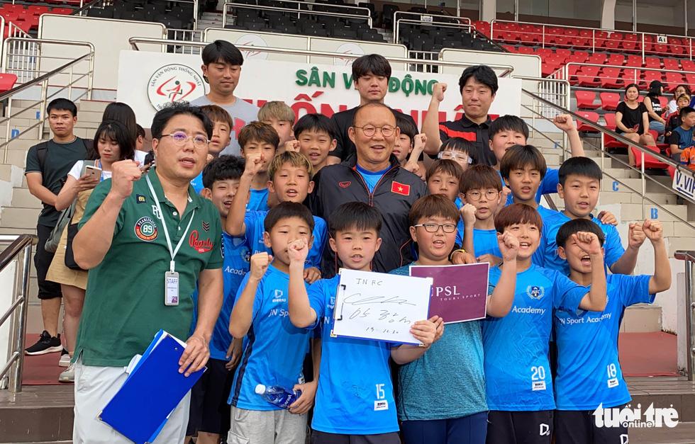 100 cầu thủ nhí Hàn Quốc vây HLV Park Hang Seo trên sân Thống Nhất - Ảnh 10.