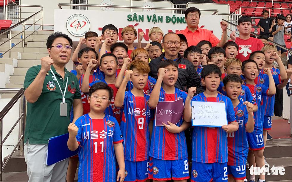 100 cầu thủ nhí Hàn Quốc vây HLV Park Hang Seo trên sân Thống Nhất - Ảnh 11.