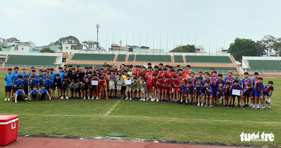 100 cầu thủ nhí Hàn Quốc vây HLV Park Hang Seo trên sân Thống Nhất - Ảnh 12.