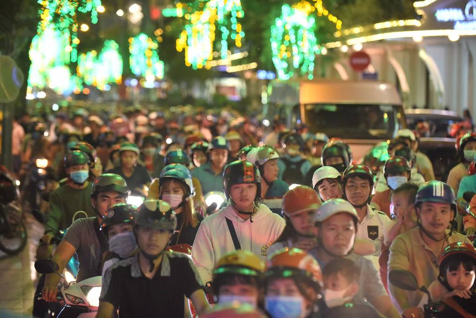 Đường về trung tâm Sài Gòn ken đặc người trước giờ bắn pháo hoa - Ảnh 2.