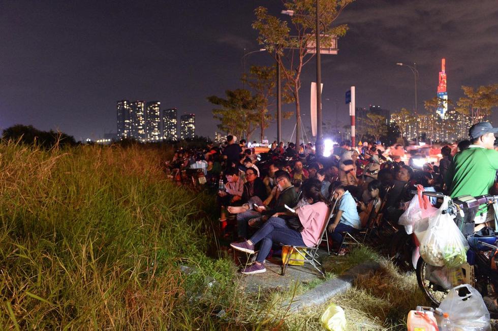 Người dân đổ ra đường xem pháo hoa, chào đón năm mới 2020 - Ảnh 8.