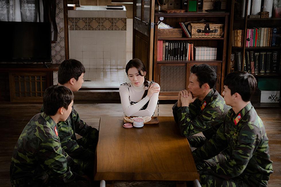 Crash Landing on You: Tình xuyên biên giới của Son Ye Jin và Hyun Bin - Ảnh 7.