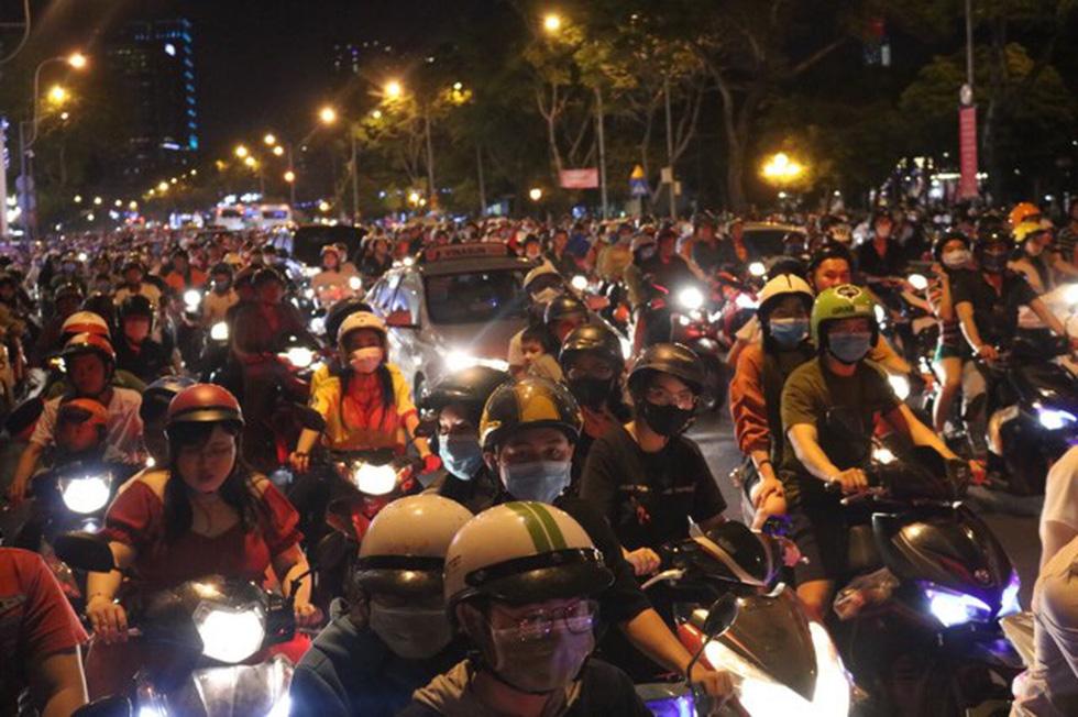 Đường về trung tâm Sài Gòn ken đặc người trước giờ bắn pháo hoa - Ảnh 13.