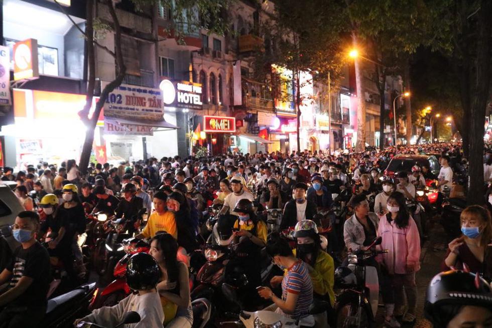 Đường về trung tâm Sài Gòn ken đặc người trước giờ bắn pháo hoa - Ảnh 11.
