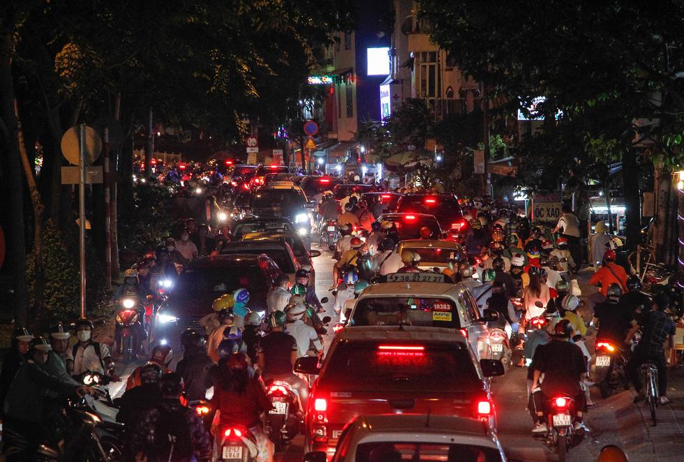 Đường về trung tâm Sài Gòn ken đặc người trước giờ bắn pháo hoa - Ảnh 5.