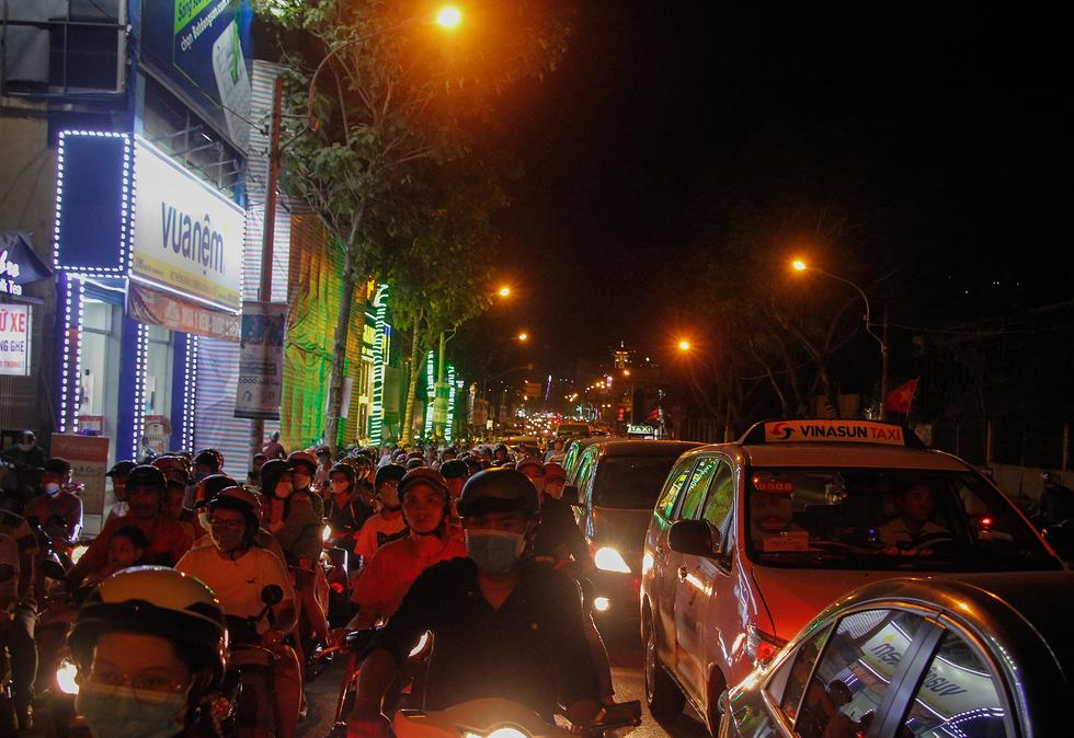 Đường về trung tâm Sài Gòn ken đặc người trước giờ bắn pháo hoa - Ảnh 6.