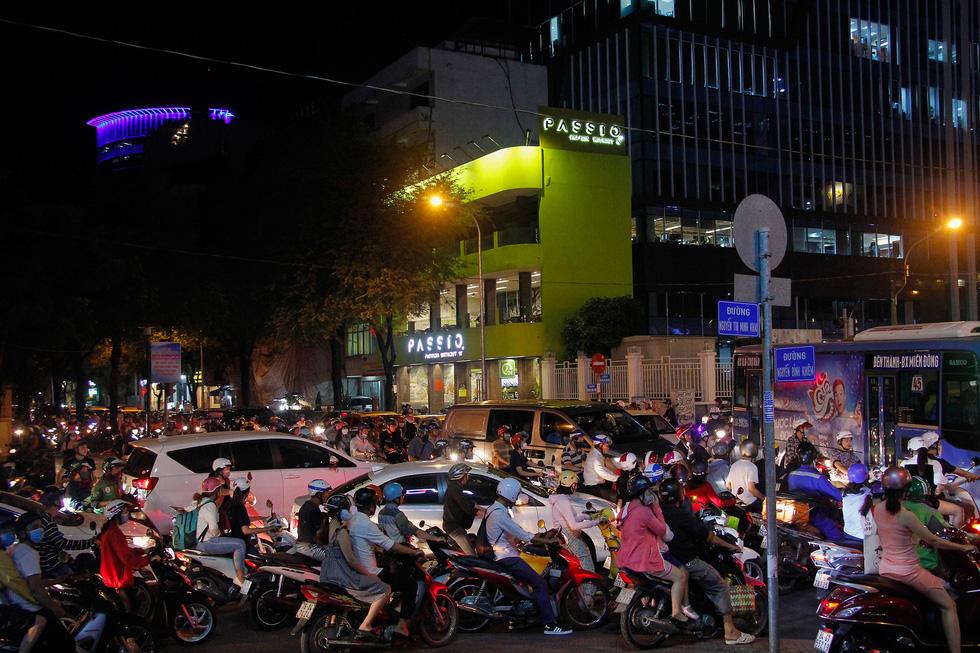 Đường về trung tâm Sài Gòn ken đặc người trước giờ bắn pháo hoa - Ảnh 1.
