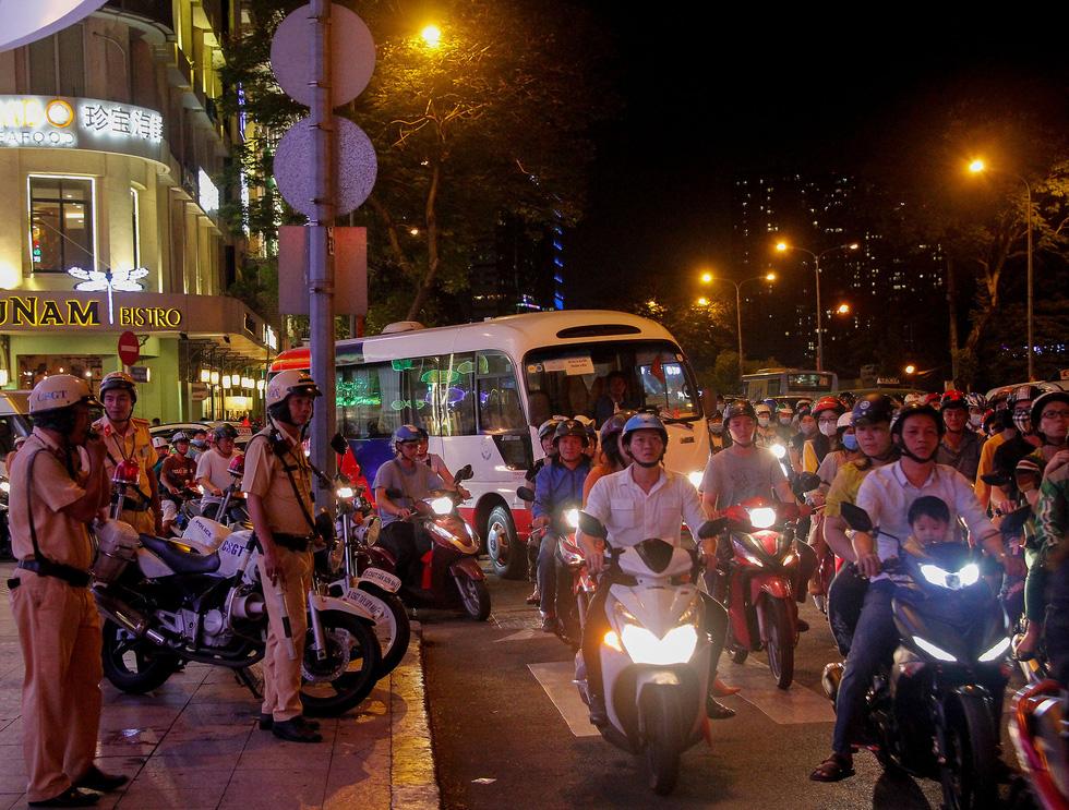Đường về trung tâm Sài Gòn ken đặc người trước giờ bắn pháo hoa - Ảnh 9.