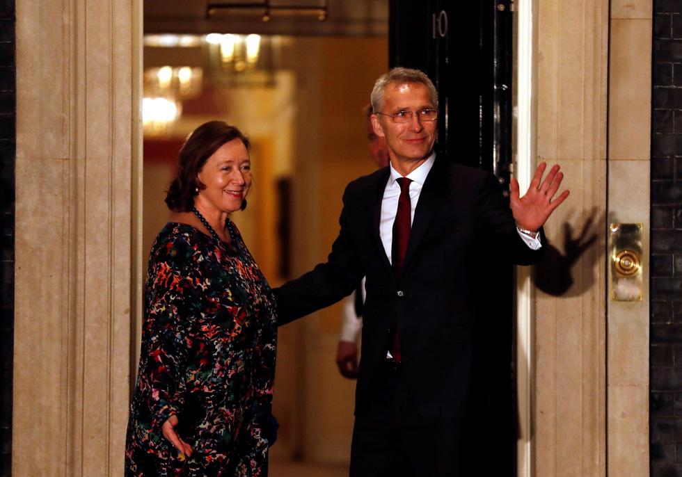 Các lãnh đạo NATO diện kiến nữ hoàng Elizabeth tại điện Buckingham - Ảnh 6.