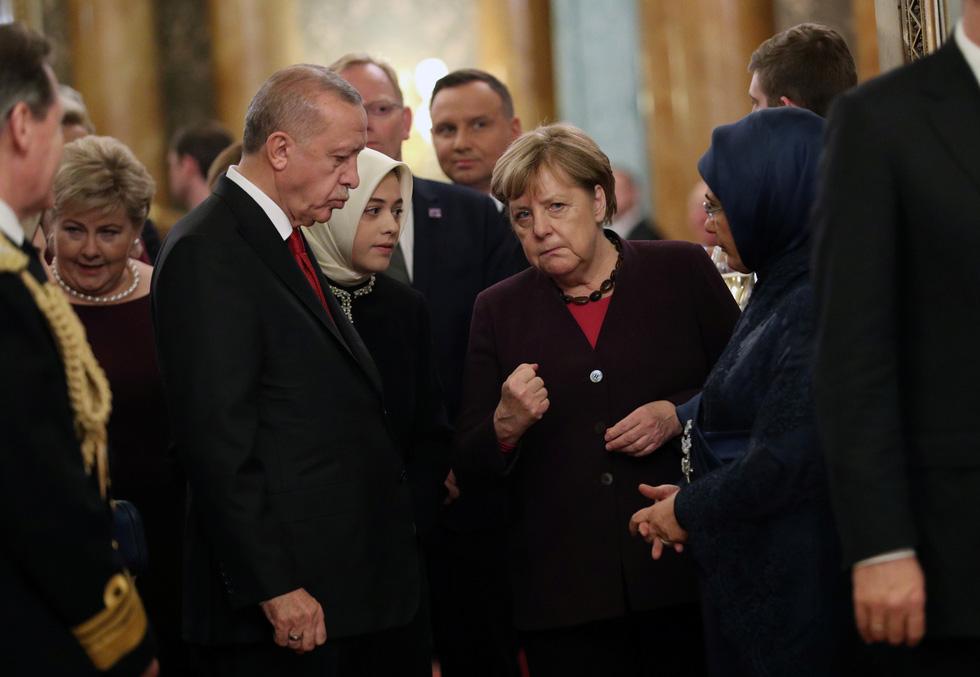 Các lãnh đạo NATO diện kiến nữ hoàng Elizabeth tại điện Buckingham - Ảnh 4.