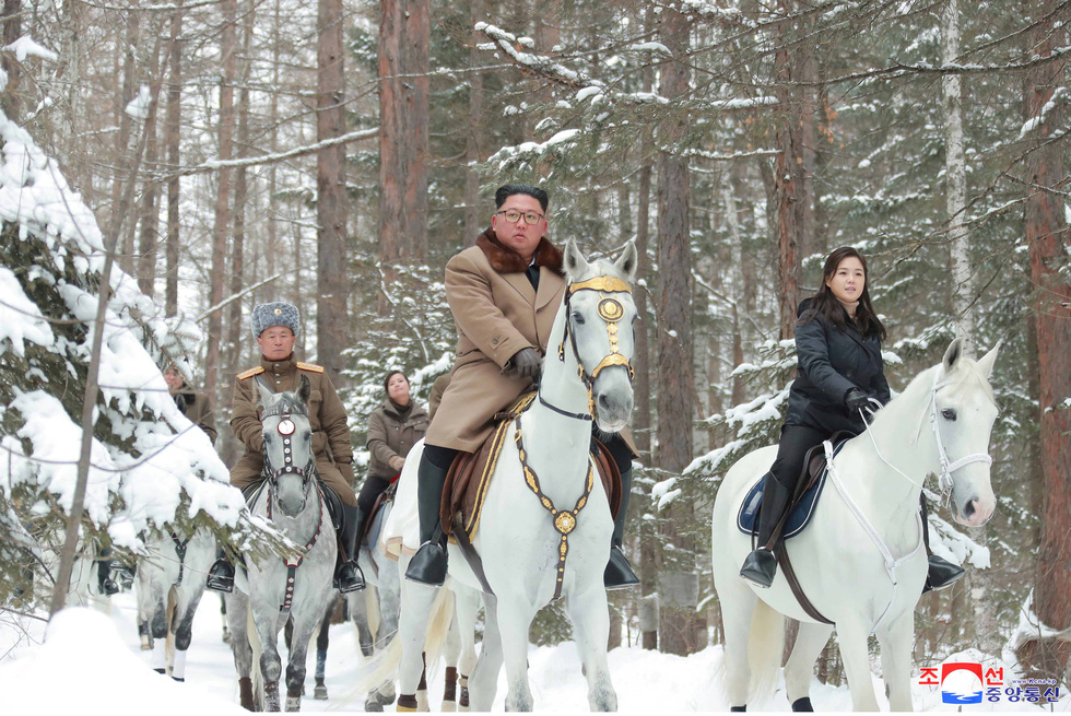 Ông Kim Jong Un cưỡi bạch mã hành hương đất tổ gây sốt mạng xã hội - Ảnh 1.