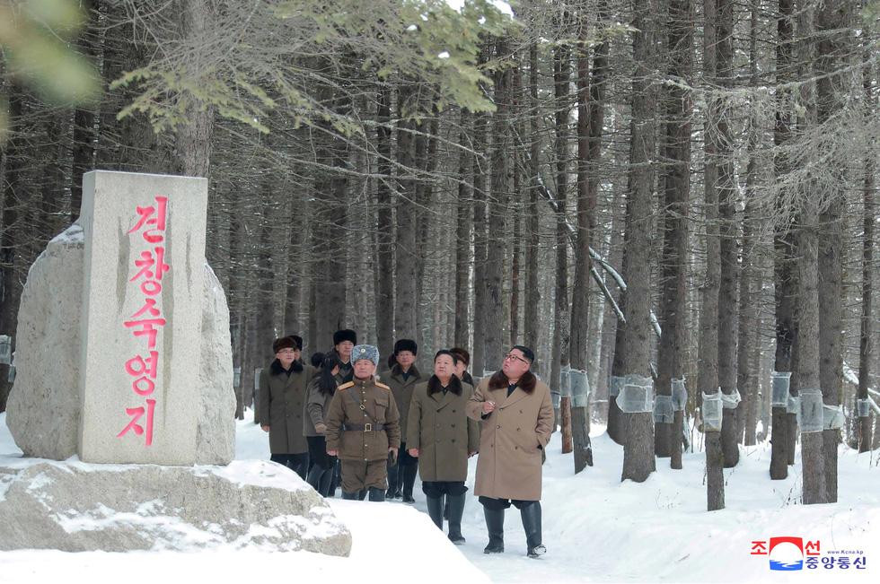 Ông Kim Jong Un cưỡi bạch mã hành hương đất tổ gây sốt mạng xã hội - Ảnh 4.