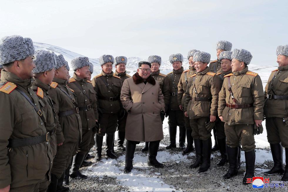 Ông Kim Jong Un cưỡi bạch mã hành hương đất tổ gây sốt mạng xã hội - Ảnh 6.