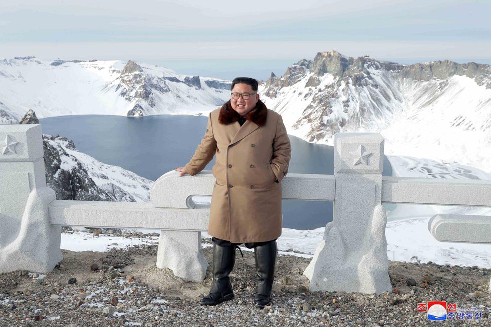 Ông Kim Jong Un cưỡi bạch mã hành hương đất tổ gây sốt mạng xã hội - Ảnh 7.