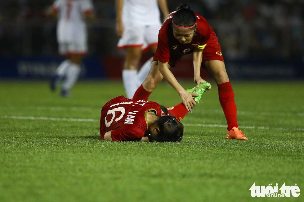 Hồi sức cho các tuyển thủ nữ Việt Nam sau trận thắng Philippines - Ảnh 2.