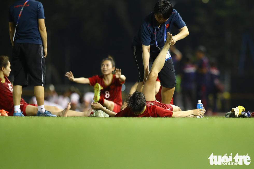 Hồi sức cho các tuyển thủ nữ Việt Nam sau trận thắng Philippines - Ảnh 5.