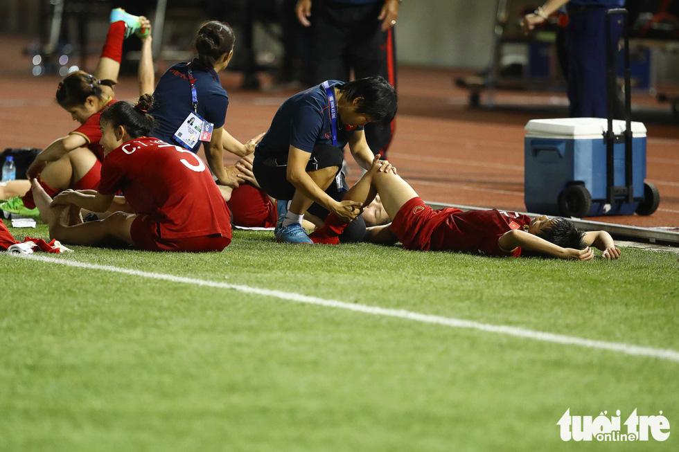 Hồi sức cho các tuyển thủ nữ Việt Nam sau trận thắng Philippines - Ảnh 4.