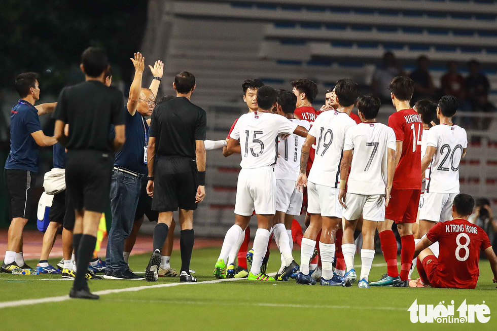 Ông Park nhận thẻ vàng vì bênh học trò xong vẫn dí dỏm - Ảnh 2.