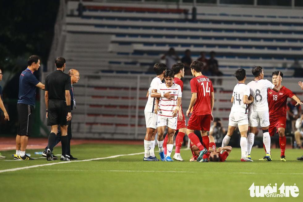 Ông Park nhận thẻ vàng vì bênh học trò xong vẫn dí dỏm - Ảnh 3.