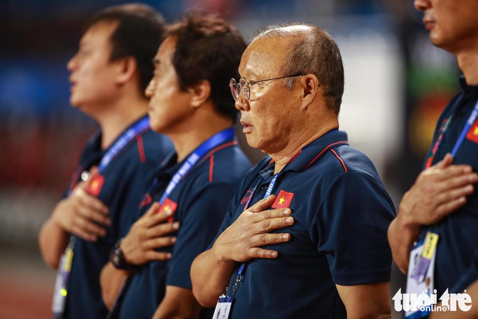 Ông Park nhận thẻ vàng vì bênh học trò xong vẫn dí dỏm - Ảnh 6.