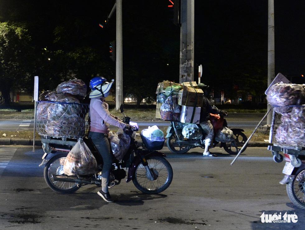 Mưu sinh trong đêm lạnh Sài Gòn - Ảnh 4.