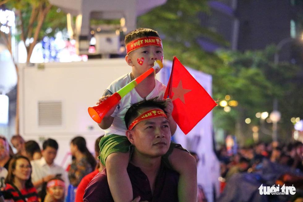 Phố đi bộ Nguyễn Huệ rực cờ cổ vũ thầy trò HLV Park Hang Seo - Ảnh 7.