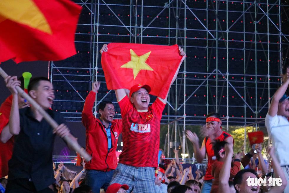 Phố đi bộ Nguyễn Huệ rực cờ cổ vũ thầy trò HLV Park Hang Seo - Ảnh 10.