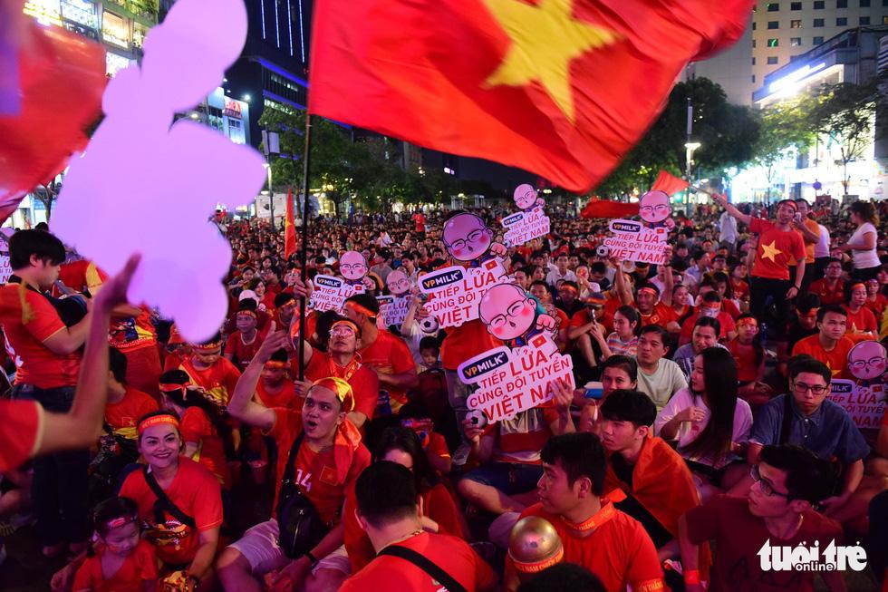 Phố đi bộ Nguyễn Huệ rực cờ cổ vũ thầy trò HLV Park Hang Seo - Ảnh 3.