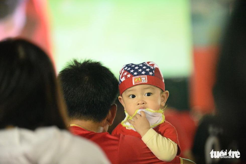 Phố đi bộ Nguyễn Huệ rực cờ cổ vũ thầy trò HLV Park Hang Seo - Ảnh 4.