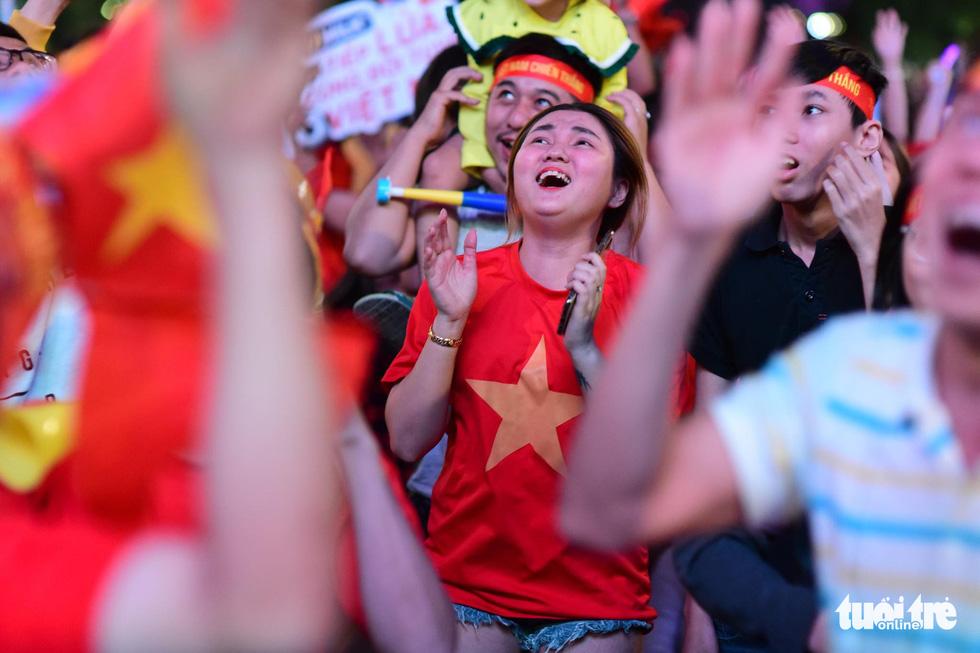 Phố đi bộ Nguyễn Huệ rực cờ cổ vũ thầy trò HLV Park Hang Seo - Ảnh 12.