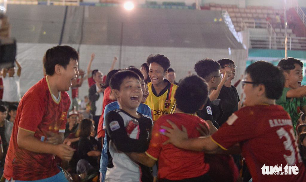 Phố đi bộ Nguyễn Huệ rực cờ cổ vũ thầy trò HLV Park Hang Seo - Ảnh 13.