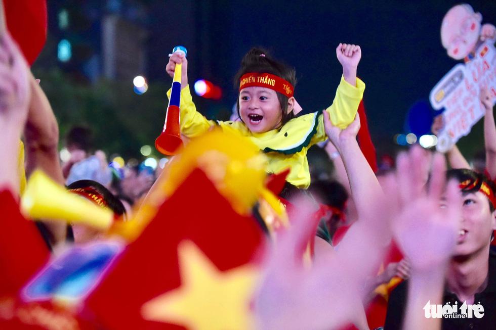 Phố đi bộ Nguyễn Huệ rực cờ cổ vũ thầy trò HLV Park Hang Seo - Ảnh 11.