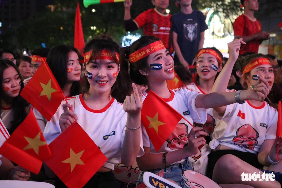 Phố đi bộ Nguyễn Huệ rực cờ cổ vũ thầy trò HLV Park Hang Seo - Ảnh 8.