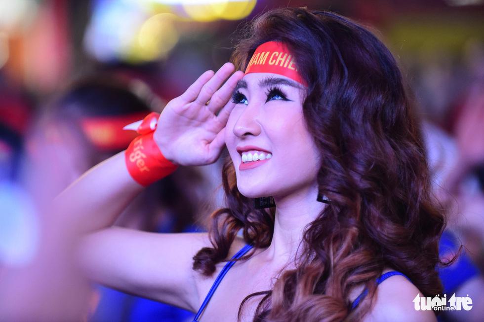 Phố đi bộ Nguyễn Huệ rực cờ cổ vũ thầy trò HLV Park Hang Seo - Ảnh 1.