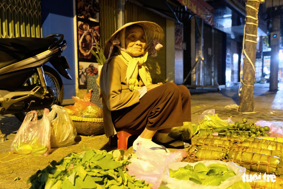 Mưu sinh trong đêm lạnh Sài Gòn - Ảnh 1.