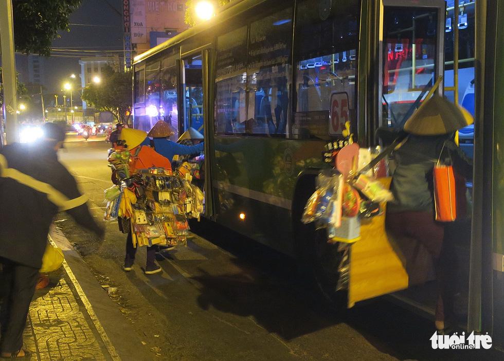 Mưu sinh trong đêm lạnh Sài Gòn - Ảnh 7.