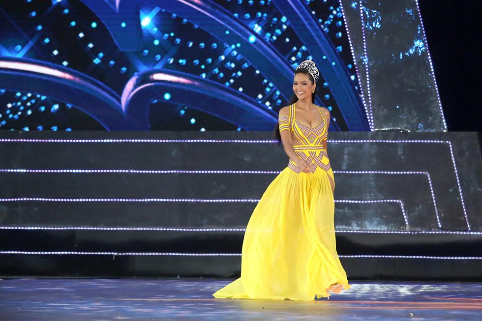 HHen Niê chân trần rơi nước mắt tại Hoa hậu Hoàn vũ Việt Nam 2019 - Ảnh 3.