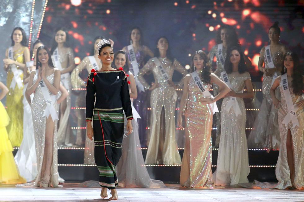 HHen Niê chân trần rơi nước mắt tại Hoa hậu Hoàn vũ Việt Nam 2019 - Ảnh 1.