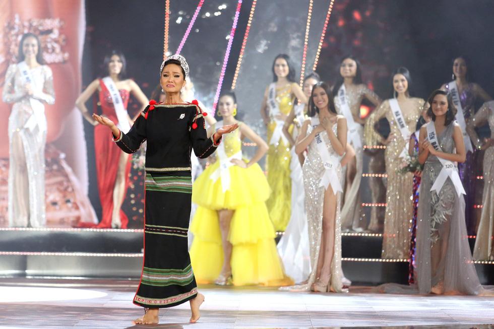 HHen Niê chân trần rơi nước mắt tại Hoa hậu Hoàn vũ Việt Nam 2019 - Ảnh 6.
