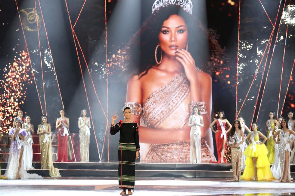 HHen Niê chân trần rơi nước mắt tại Hoa hậu Hoàn vũ Việt Nam 2019 - Ảnh 8.