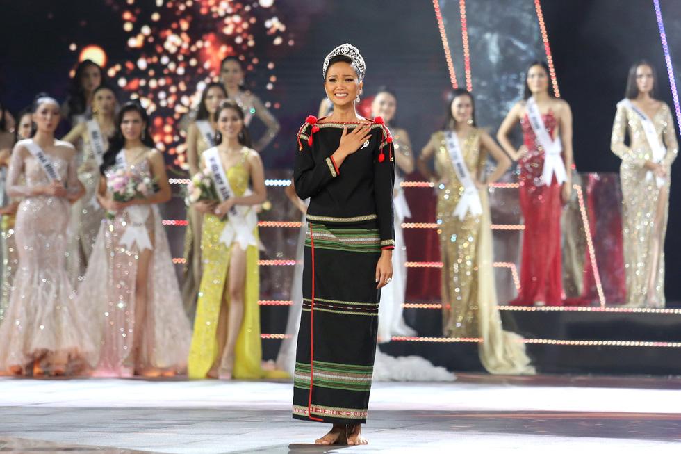 HHen Niê chân trần rơi nước mắt tại Hoa hậu Hoàn vũ Việt Nam 2019 - Ảnh 9.