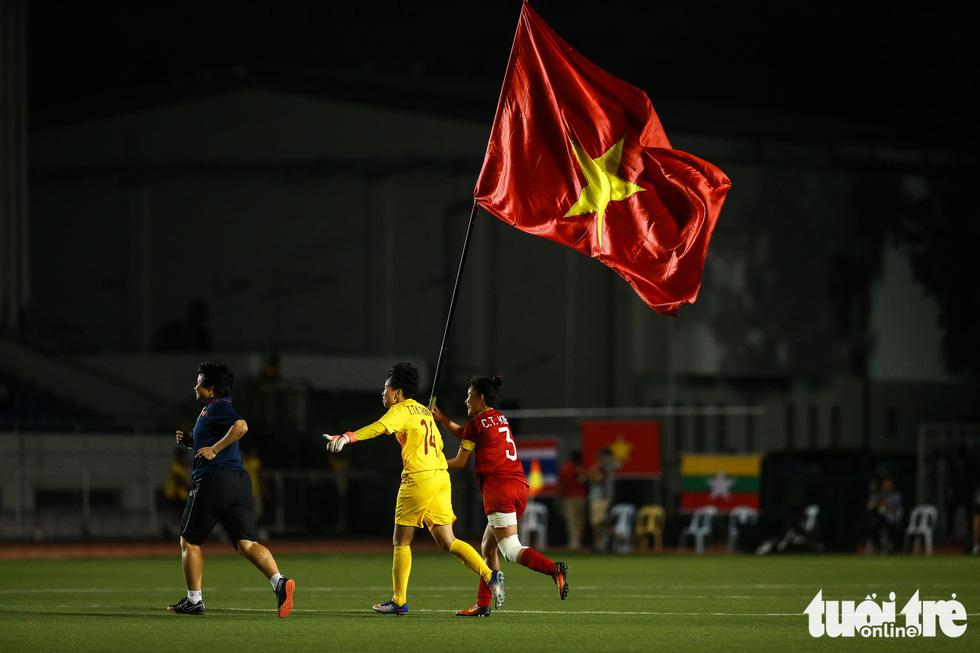 Khoảnh khắc nghẹn ngào của tuyển nữ Việt Nam đêm đăng quang - Ảnh 1.