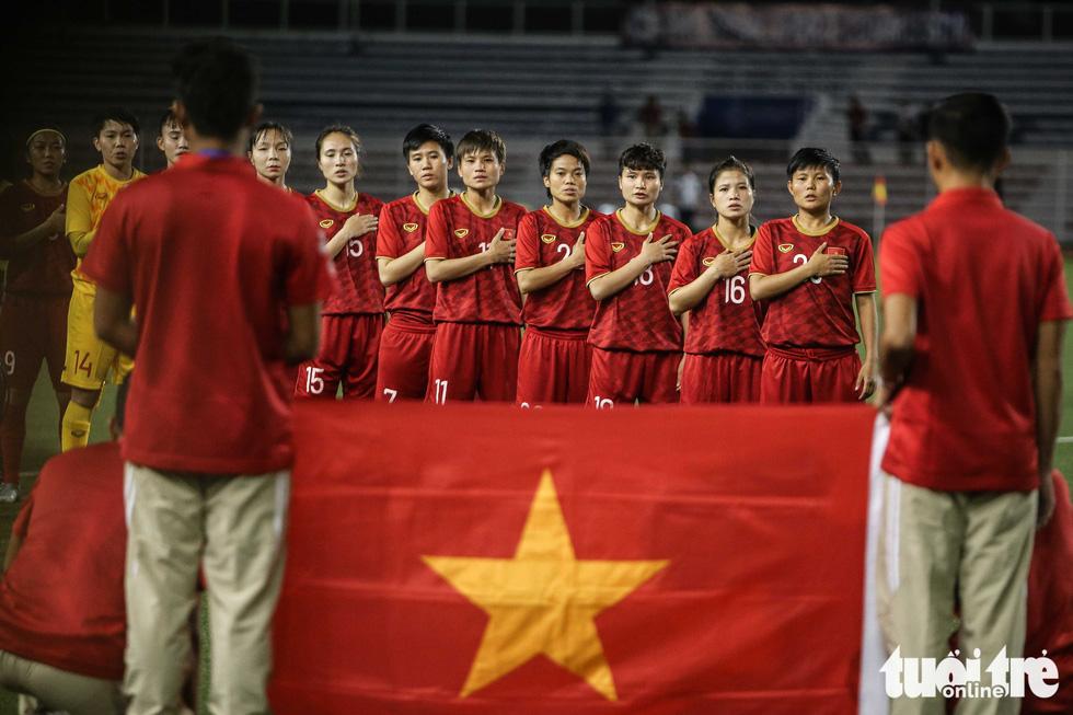 Khoảnh khắc nghẹn ngào của tuyển nữ Việt Nam đêm đăng quang - Ảnh 12.