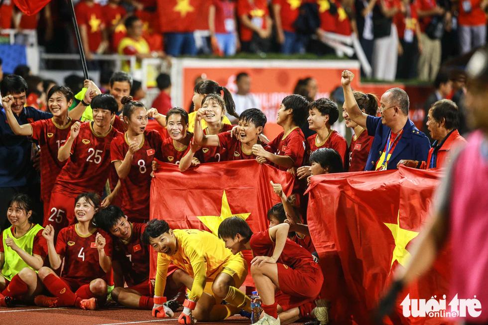 Khoảnh khắc nghẹn ngào của tuyển nữ Việt Nam đêm đăng quang - Ảnh 2.