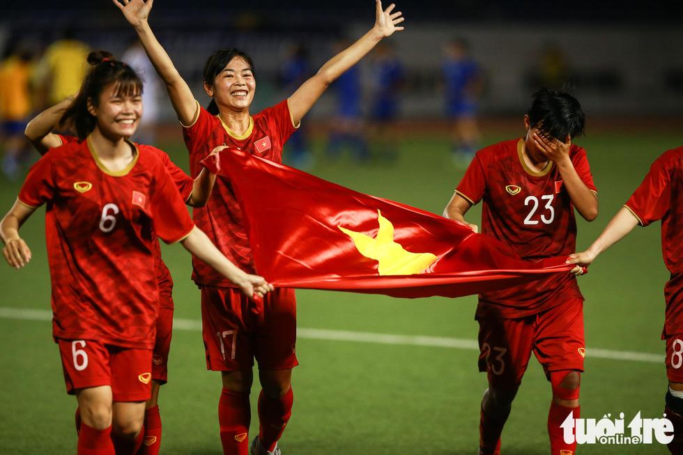 Khoảnh khắc nghẹn ngào của tuyển nữ Việt Nam đêm đăng quang - Ảnh 3.