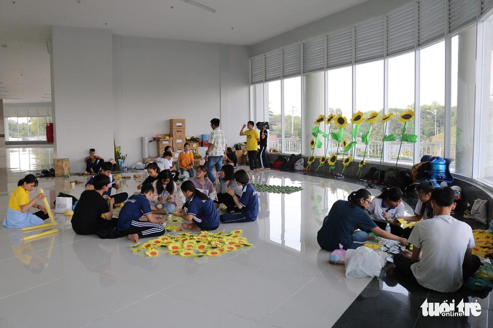 Hơn 5.000 hoa hướng dương cho chương trình Ước mơ của Thúy - Ảnh 8.